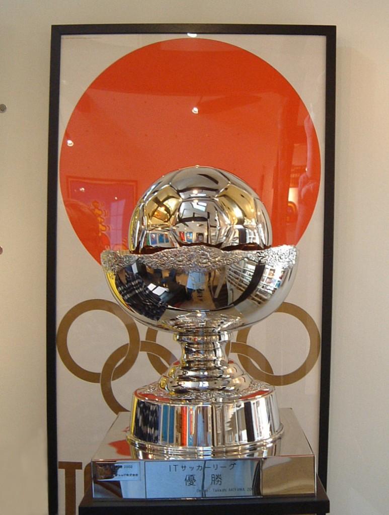 ポスターアーティストの秋山孝が2003年にITサッカーリーグの為に制作した優勝トロフィー
