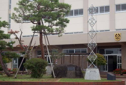 ポスターアーティスト秋山孝が新潟県立長岡商業高等学校の創立100周年記念のために制作したモニュメント「100年の風」